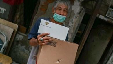 Photo of Gubernur Anies Sertakan Sepucuk Surat dalam Paket Sembako, Apa sih Isinya?