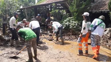 Photo of FPI Bersihkan Rumah Warga Terdampak Banjir Bandang Sukabumi