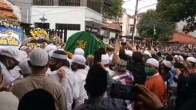 Photo of Ribuan Warga Antarkan Jenazah Kiai Fakhrurozi Ishaq ke Pemakaman