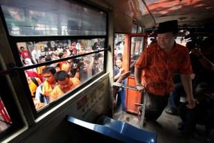 Hidayat Naik Metromini (03)