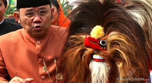 10092012 Wagub DKI Jakarta Nachrowi Ramli membalas tarian sambutan Lebaran Betawi 2012