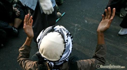 013 Gabungan FPI dan ormas Islam lainnya memanjatkan doa keselamatan untuk aksi mereka siang itu   Foto: Aljon Ali Sagara