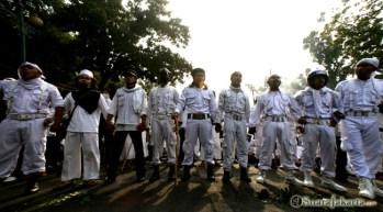 002 Setiba di lokasi tak jauh dari Kedubes AS, Laskar Pembela Islam dan Forum Umat Islam membentuk pagar untuk menghindari provokasi pihak luar   Foto: Aljon Ali Sagara