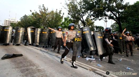 006 Meski tak ada perlawanan berarti, Polri terus maju mendesak mundur pengunjuk rasa   Foto: Aljon Ali Sagara