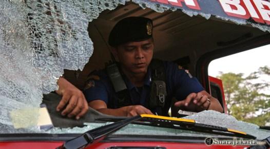 009 Akibat bentrokan awal terjadi, satu unit mobil pemadam rusak akibat bentrok pengunjuk rasa dengan aparat keamanan   Foto: Aljon Ali Sagara