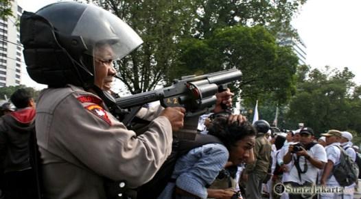 008 Sejumlah tembakan gas air mata dilepas setelah aksi saling dorong terjadi   Foto: Aljon Ali Sagara