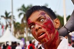 Pengunjung memerankan zombie dalam memeriahkan Festival Jak-Japan Matsuri 2012