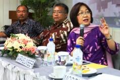 Prof. DR. Siti Zuhro sedang menyampaikan pendapatnya pada Acara FGD Tentang Penguatan DPD RI, Sabtu (27/04/13) di Jakarta