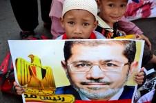 Seorang anak membawa poster bergambar presiden Mursi saat aksi solidaritas untuk rakyat Mesir di Bundaran HI. (Foto: Fajrul Islam/SuaraJakarta)