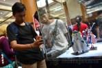 Pengunjung memotret mainan pada Anime Festival Asia Indonesia 2013 di JCC, Senayan, Jakarta (9/9). (Foto: Fajrul Islam/SJ)