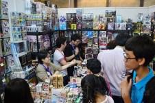 Pengunjung memadati sebuah booth mainan anime Jepang. (Foto: Fajrul Islam/SJ)