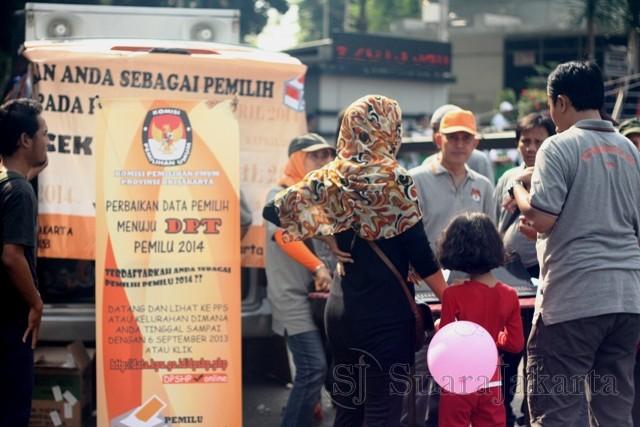 KPUD DKI Jakarta menggelar stand aksi jemput bola untuk mensosialisasikan tahapan pendataan pemilih kepada warga Jakarta di Bundaran HI Jakarta, Minggu (2/9). (Foto: Ujang Komar)
