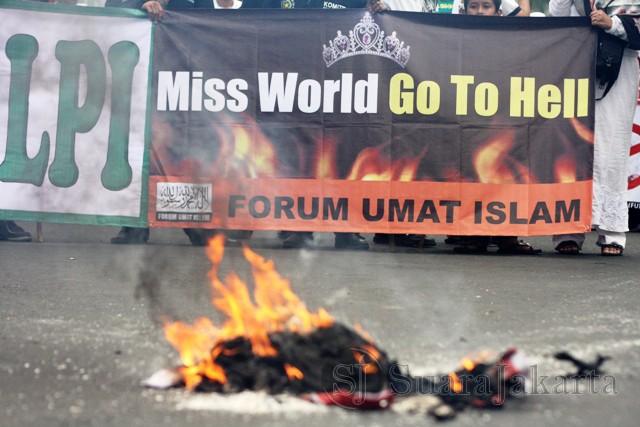 Demonstran membakar poster bergambar Harry Tanu Sudibyo yg dianggap mendukung pagelaran miss world di Indonesia. HTS adalah pemilik MNCTV dan petinggi Partai Hanura. (Foto: Ujang Komar/SJ)