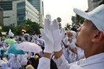 Salah seorang laskar jihad FPI mengangkat tangan berdoa pada aksi tolak Miss World. (Foto: Fajrul Islam/SJ)