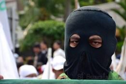 Salah seorang pengunjuk rasa memakai topeng pada aksi aksi unjuk rasa tolak Miss World 2013. (Foto: Fajrul Islam/SJ)