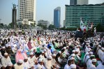 Para pengunjuk rasa melakukan sholat ashar di Depan Hotel Grand Hyatt, Jakarta. (Foto: Fajrul Islam/SJ)