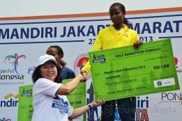 Menteri Pariwisata dan Ekonomi Kreatif Mari Elka Pangestu saat memberikan hadiah kepada pemenang pada gelaran Jakarta Marathon Festival 2013. (Foto: Fajrul Islam)