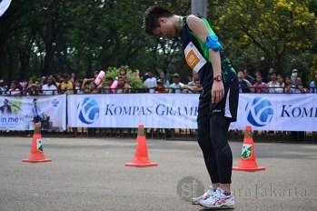 Seorang peserta terlihat cidera ketika akan melintasi garis finish pada gelaran Jakarta Marathon Festival 2013. (Foto: Fajrul Islam)