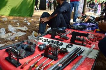 Seorang pedagan penjual senjata mainan yang berjualan di dekat Pameran Alutsista TNI. (Foto: Fajrul Islam)