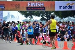 Seorang peserta lari maraton berpose sebelum melintasi garis finish pada gelaran Jakarta Marathon Festival 2013. (Foto: Fajrul Islam/SuaraJakarta)
