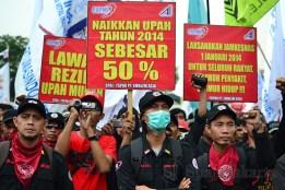 Poster tuntutan kenaikan upan tahun 2014 sebesar 50%. (Foto: Fajrul Islam)