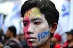 Salah seorang buruh mengecat mukanya dan menuliskan FSPMI (Federasi Serikat Pekerja Metal Indonesia). (Foto: Fajrul Islam/SuaraJakarta)
