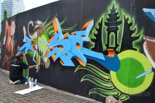 Salah satu penggiat graffiti asal Singapura membuat tema Wayang pada Festival Jerin 2013. (Foto: Fajrul Islam)