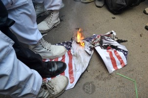 Masa FPI membakar bendera Australia dan Amerika di depan Kedubes Australia (22/11) Kuningan, Jakarta. (Foto: Fajrul Islam)