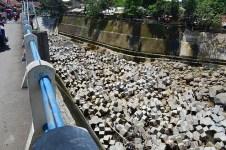 Balok beton di dasar bendungan untuk memecah derasnya air dan meminimalisir kikisan pada dasar bendungan. (Foto: Fajrul Islam)