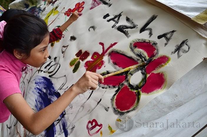 Seorang anak sedang melukis bebas di Pasar Seni Jakarta 2013. (Foto: Fajrul Islam)