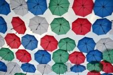 Panitia menarik perhatian pengunjung dengan puluhan payung warna-warni pada gerbang masuk acara Pasar Seni Jakarta 2013. (Foto: Fajrul Islam)