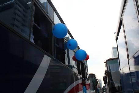 Beberapa bus para buruh membawa balon ketika Peringatan Hari Buruh Internasional. (Foto: Pasha Aditia Febrian)
