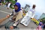 Teater jalanan yang menggambarkan TKW dan majikan pada peringatan May Day di Jakarta (1/5). (Foto: Fajrul Islam)