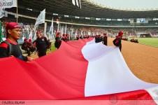 Bendera merah-putih panjang dibentangkan oleh Garda Metal di GBK, Senayan Jakarta (1/5). (Foto: Fajrul Islam)