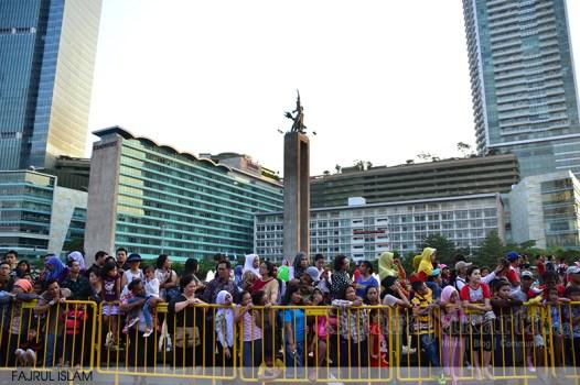 Warna menonton arak-arakan Jakarta Karnaval 2014 di Bundaran HI. (Foto: Fajrul Islam/SuaraJakarta)