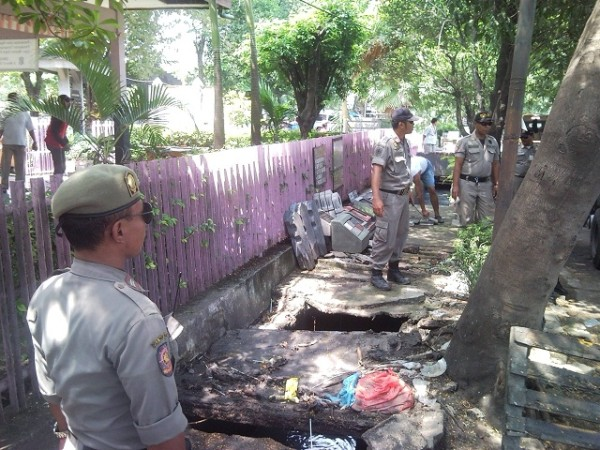 PKL Berdagang di Jalur Hijau Sedang Ditertibkan Satpol PP. (foto: SuaraJakarta.co)