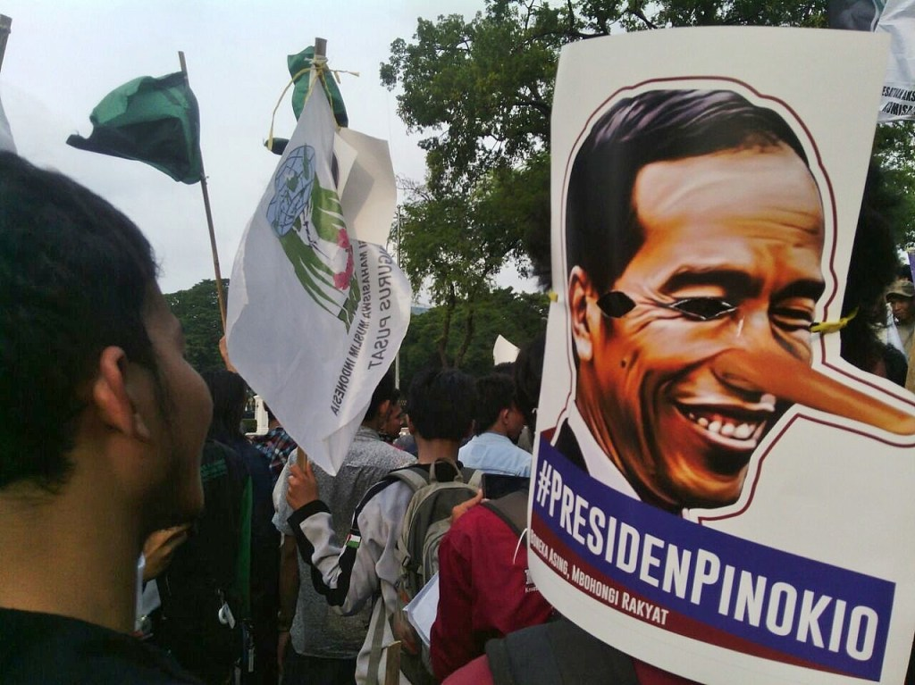 SuaraJakarta.co - Aksi Mahasiswa Tolak Kenaikan Harga BBM