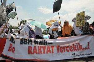 Massa HTI melakukan aksi unjuk rasa menolak kenaikan BBM di depan Istana Negara, Jakarta Pusat. (Foto: Fajrul Islam/SuaraJakarta)