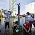 Warga yang tergabung dalam Koalisi Masyarakat Menolak Swastanisasi Air Jakarta melakukan unjuk rasa dengan mandi pada sela-sela car free day di Jakarta, Minggu (11/1). Aksi itu dilakukan sebagai buntuk protes terhadap swastanisasi air di ibukota oleh Aetra dan Palyja. ANTARA FOTO/Vitalis Yogi Trisna/ss/nz/15