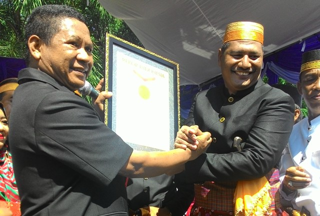 Pejabat Muri menyerahkan piagam penghargaan Muri kepada Bupati Dompu Drs. H. Bambang M. Yasin. (Foto: Miftahul Yani)