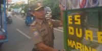 Petugas Rutin Tertibkan Gerobak PKL Yang Mangkal Di Atas Saluran Air