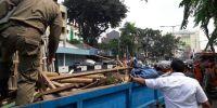 Petugas Bersihkan Lapak Pedagang Hewan Yang Ditinggal Pemiliknya