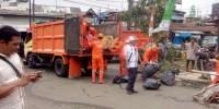 Petugas Sudin Lingkungan Hidup dan Kebersihan Sapu Bersih Usai Pembongkaran