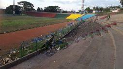 Sampah sisa acara nasional Pesparawi yang masih bertebaran di Stadion Mandala Remaja, Jumat siang (11/12/2015). FOTO oleh Vonny L
