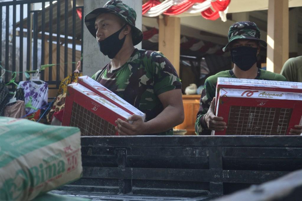 Terus Kebut RTLH, Satgas TNI Percepat Langsir Keramik ke Penerima RTLH