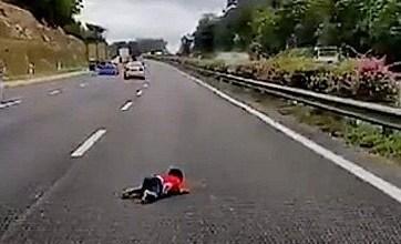 Photo of Kanak-kanak dua tahun tercampak keluar dari kenderaan di tengah lebuh raya