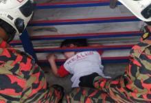Photo of Leher kanak-kanak lelaki 3 tahun tersepit di jeriji pintu hadapan rumah
