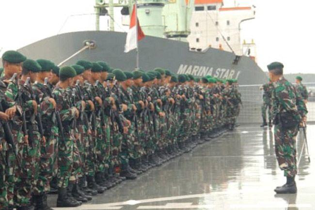 Kapal KRI dr Suroso Bawa Pasukan TNI Dari Makassar Tiba di Timika