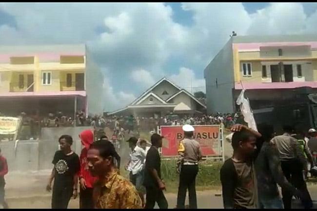 Unjuk Rasa di PALI Berujung Ricuh, Puluhan Aparat Terluka