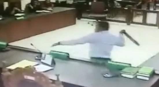 Video Viral Pengacara Tommy Winata Serang Hakim Dengan Ikat Pinggang